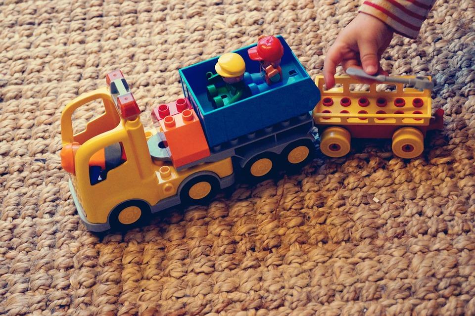 hračka na koberci