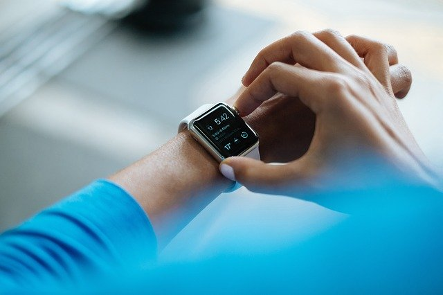 Chytré hodinky ovládané člověkem